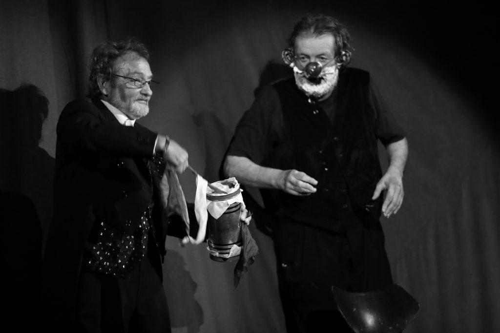 Záběr z hry DNA Divadla Bolka Polívky